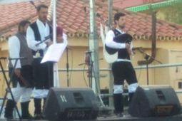 The Lugh Shamrock y banda de gaitas